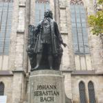 Памятник композитору напротив музея