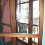 Okno z widokiem na zewnętrzny korytarz
