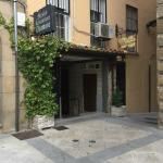 Fachada del restaurante, en una esquina de la plaza