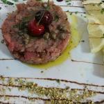 Tartara di tonno rosso, con granella di pistacchio e capperi.
