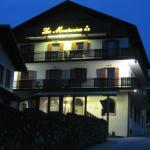 Veduta notturna dell'hotel