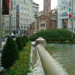 La chiesa vista dalla fontana di Piazza San Babila