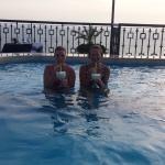 Piña colada dans la piscine avec le bruit des rouleaux de l'Ocean Pacifique e fond sonore
