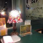 奥の窓側の席からは、マリーナの遊覧船が見えます。ステンドグラスのランプが可愛いです。