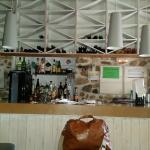 Un bar completo, con gusto y la comida estupenda.. tienen una terraza estupenda y privada