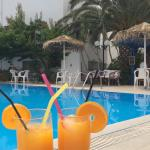 Oranges fraîches pressées par Victor au bar de la piscine.