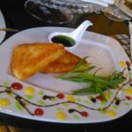 жареный сыр великолепно сервирован