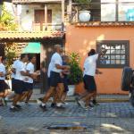 Fachado do hostel, visto do bar. Corrida matinal de alguns soldados.