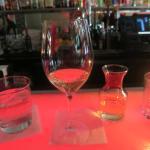 ワイン。デキャンタでサービスされる。