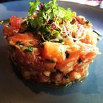 Délicieux Tartare de saumon/ciboulette et pesto. Œuf poché asperge et saumon