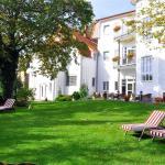 Hotelgarten mit Liegewiese und Terrasse