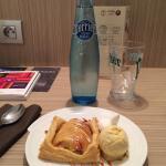 Le dessert du jour à 4 euros : tarte fine aux pommes .