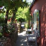 Chez Renée l'entrée de la crêperie côté jardin