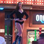 Dançarina em cima do bar na parte externa do hotel