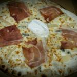 Pizza gorgonzola/poire/ jambon cru et mascarpone, délicieuse