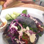 Tacos de pescado en tortilla azul, delicia!
