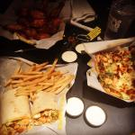 Buffalo chicken hot wings and flatbread pizza ��������