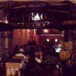 Excelente lugar para salir por la noche o comer (la papa al horno con queso es buenísima) el amb