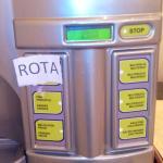 maquina de zumos rota en el desayuno