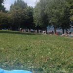Sul prato in riva al lago
