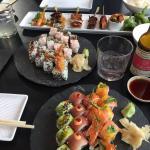 Lækker sushi og stiks. Synes de anretter det lækkert og indbydende.