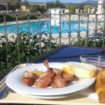petit déjeuner face à la piscine