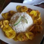 Рис с банановыми чипсами.