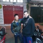 Moi et mon potes avec ce garçon qui travaille au Hanoï ciao hôtel Très gentil et serviable