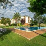 Hotel, jardín y piscina