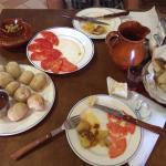 Papas arrugás y tomates con sal