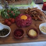 Tartare magnifiquement présenté et délicieux