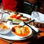 Canelones deliciosos, crepas variadas y ensaladas de primera