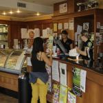 Cernobbio : Deux charmantes serveuses ne sont pas de trop pour servir les clients gourmands chez
