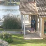 Entrada del restaurante junto al lago