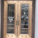 Puerta del que fuera el Banco Whitney