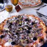 2 vraies et immenses  pizzas italiennes cuisinées au feu de bois