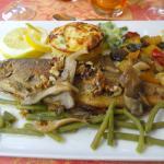 la truite saumonée avec champignons, soufllé de légumes, légumes frais et noix