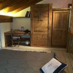 Foto do quarto com armários e mesa de trabalho.