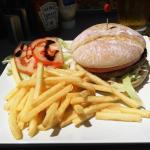 Photo de Cheers Sports & Food Bar