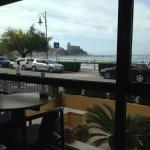 Aussicht vom Frühstücksraum auf die Uferstraße und das Meer