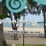 пляж и вывеска отеля