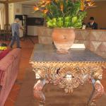 mesa en recepcion del hotel