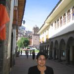 mama a la salida del hotel  calle que une dos plazas
