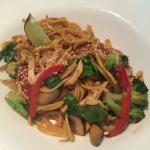 Лапша по-тайски с курицей и овощами