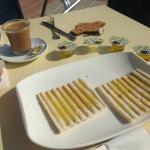 El desayuno con tostadas de pan de molde aplastadas