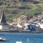 Zicht op Giardini Naxos het hotel ligt aan het pleintje bij de kerk.