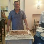 Il titolare con la torta