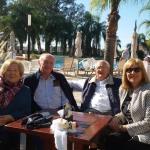 En el bar de la pileta compartiendo con amigos un exquisito café bal el delicioso sol de Santiag