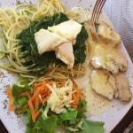 Spaguetti pesto con medallones de pollo a las finas hierbas
