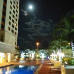 Vista nocturna de la zona de piscina